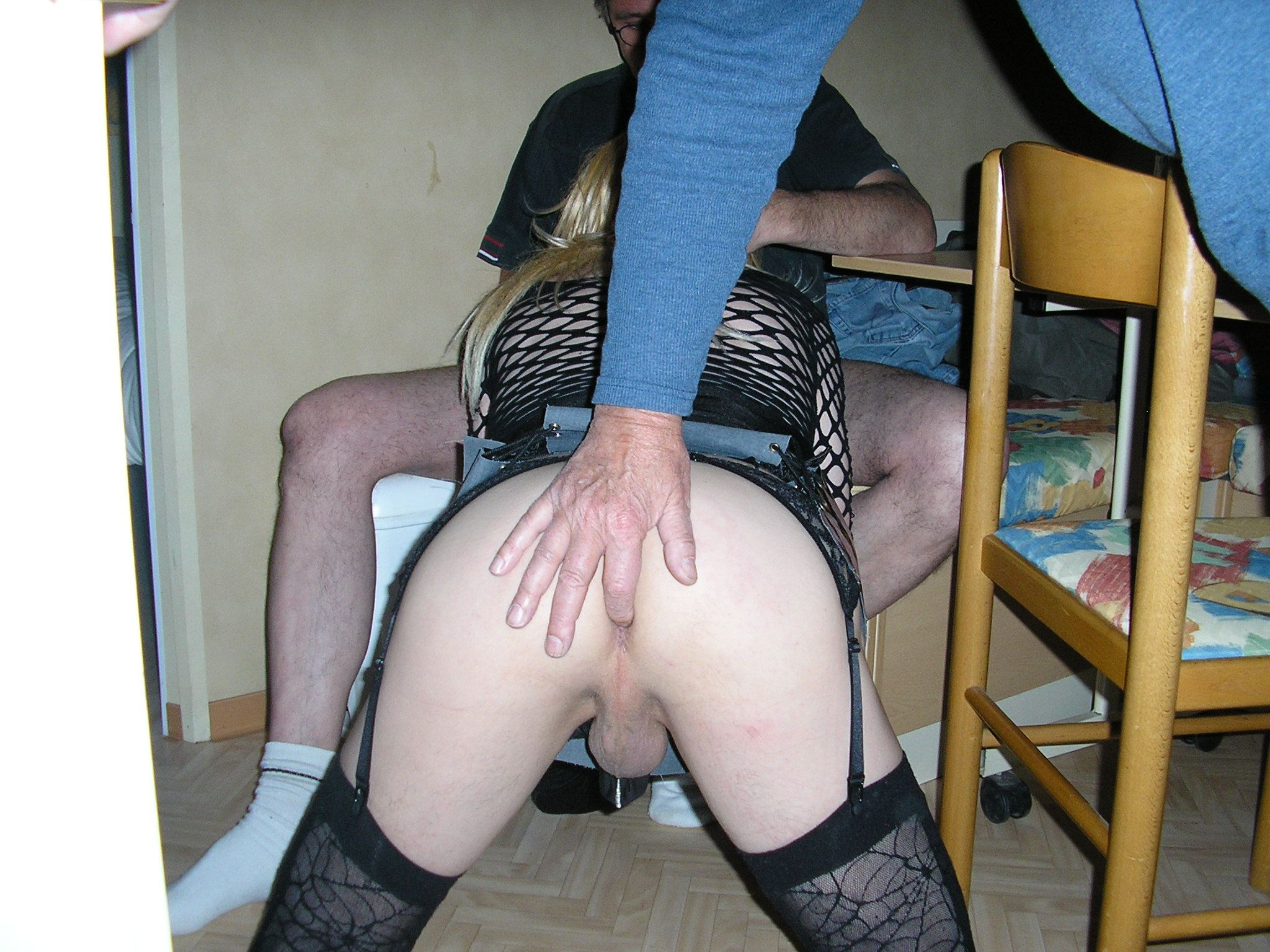 salope sissy vide couille